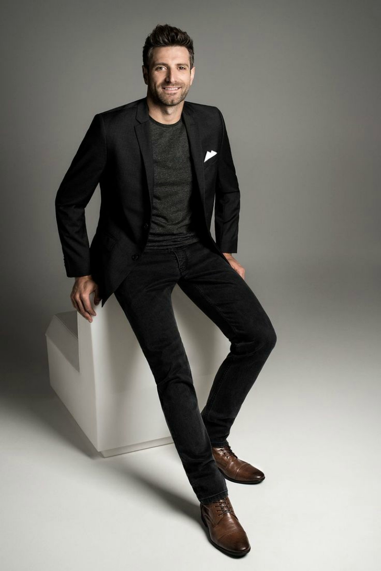 brown shoes with black pants how to wear black trousers with brown shoes for men XDZATPG