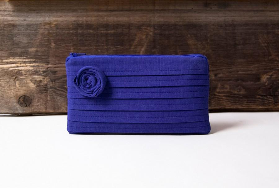 Clutch in blue: the latest pocket trend of the year