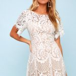 Chic day looks with a delicate lace short dress